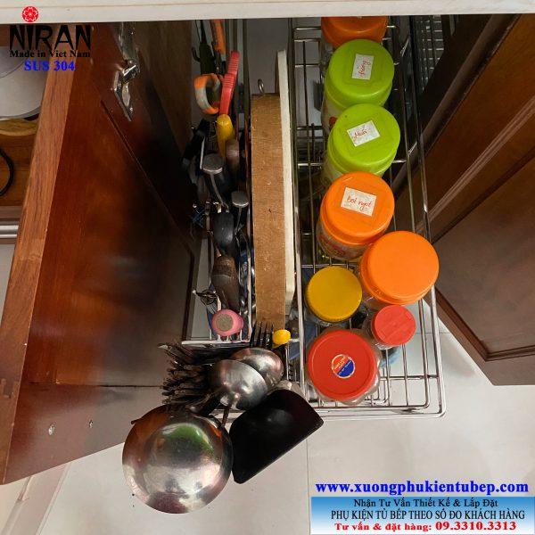 kệ đựng gia vị trong tủ bếp
